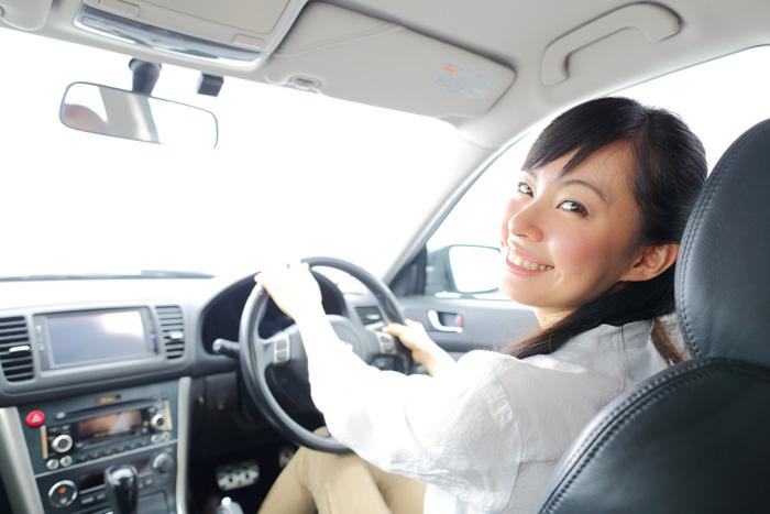 車で5分の近さの保育園に就職できて、喜んでいる女性保育士