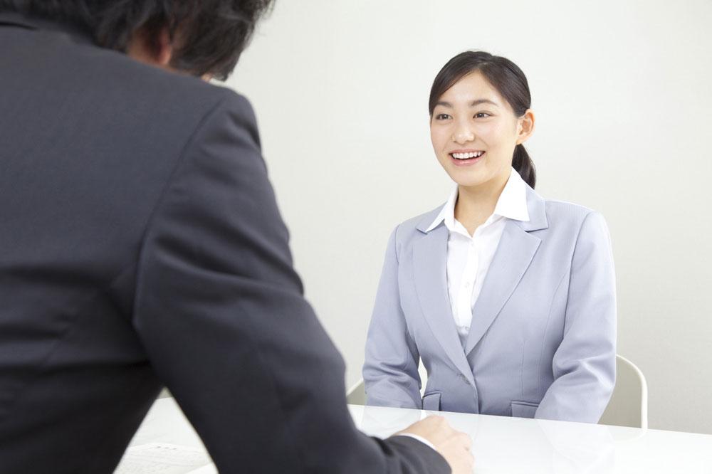 心機一転、新しい仕事をするために面接に来ている女性保育士