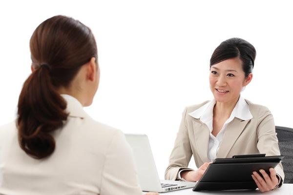 保育士の希望の勤務時間を聞き出している女性カウンセラー