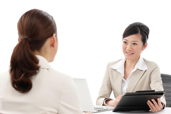 保育士の転職相談に乗っているキャリアコンサルタントの女性