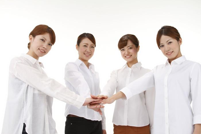 良好な人間関係の職場で、一致団結する保育士たち