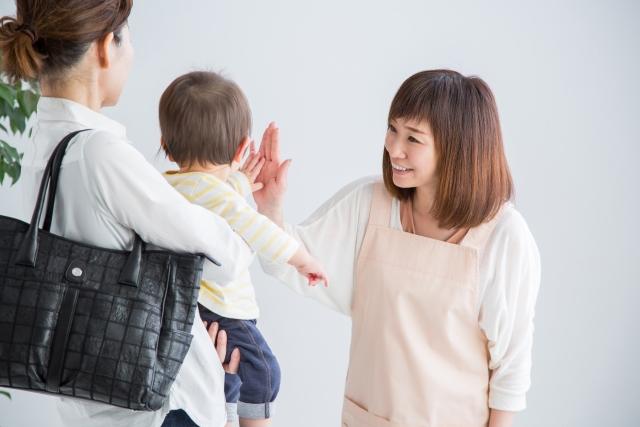 派遣先の保育園で子どもにあいさつをする派遣保育士の女性