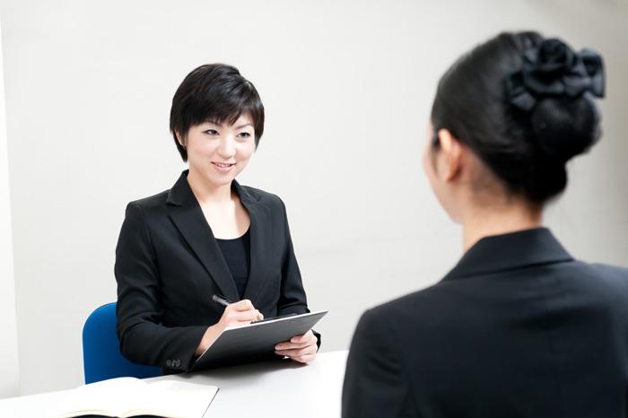 保育士の相談に乗っているキャリアコンサルタントの女性