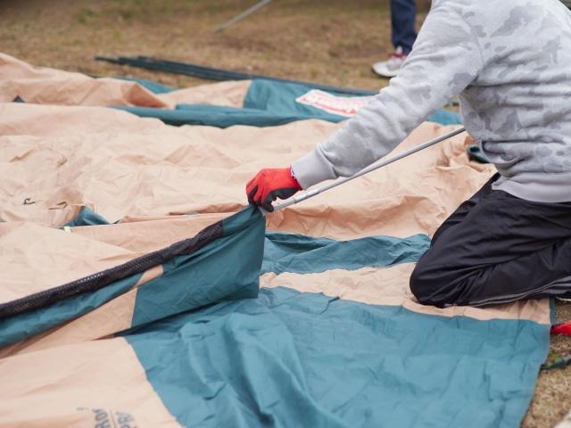 テントを設営しているキャンプインストラクター