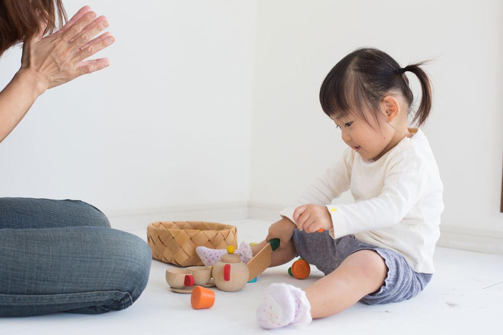 子どもと遊ぶ企業内保育所の保育士