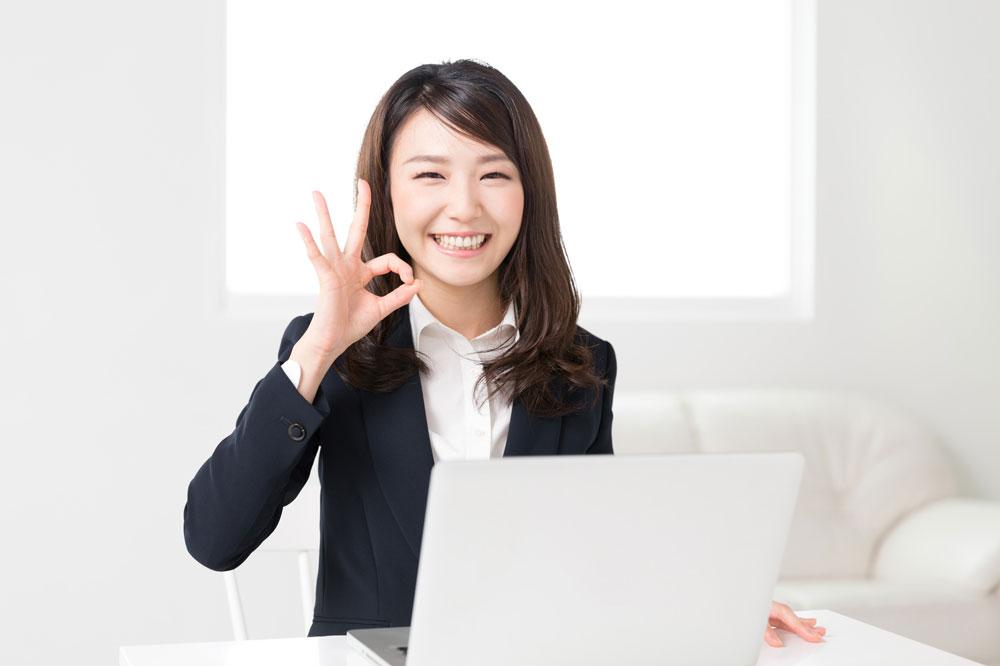 パソコンでいい派遣会社を見つけて喜んでいる女性保育士