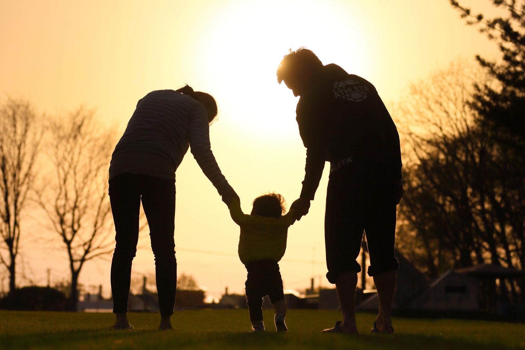 育休を利用して、家族みんなとの時間を過ごしている家族