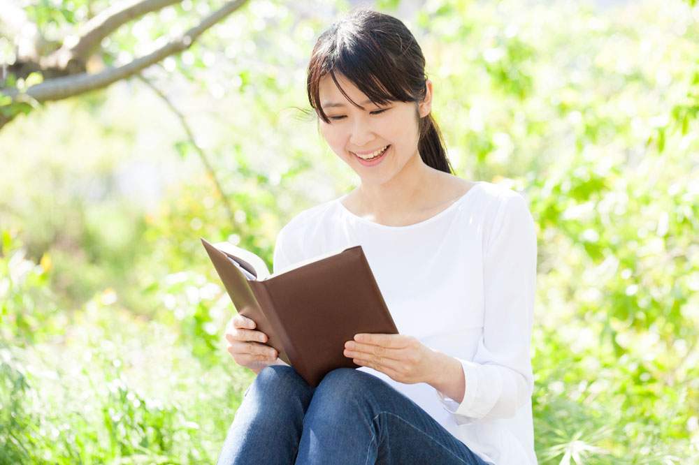 連絡帳を読む保育士