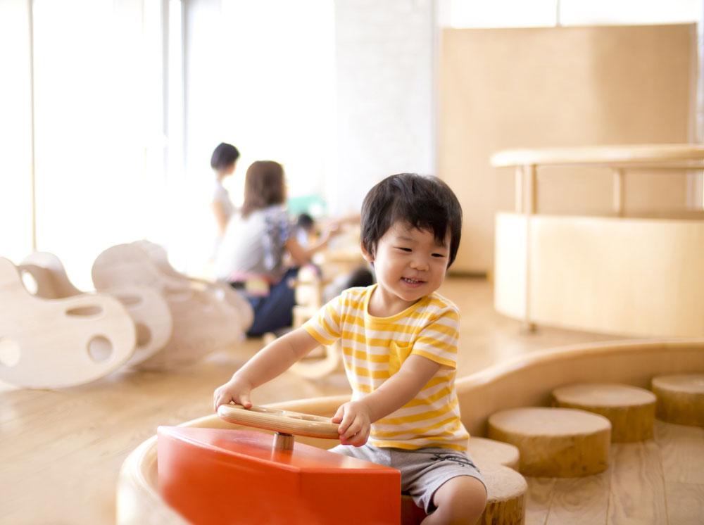 保育園で1人で遊んでいる子ども