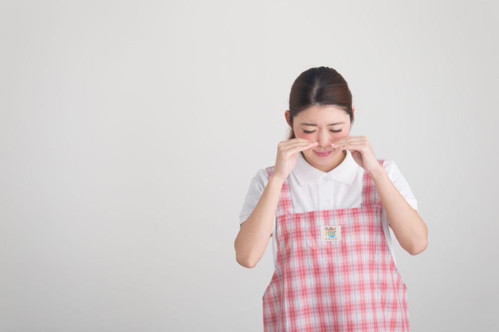 ハラスメントを受けて泣いている女性保育士