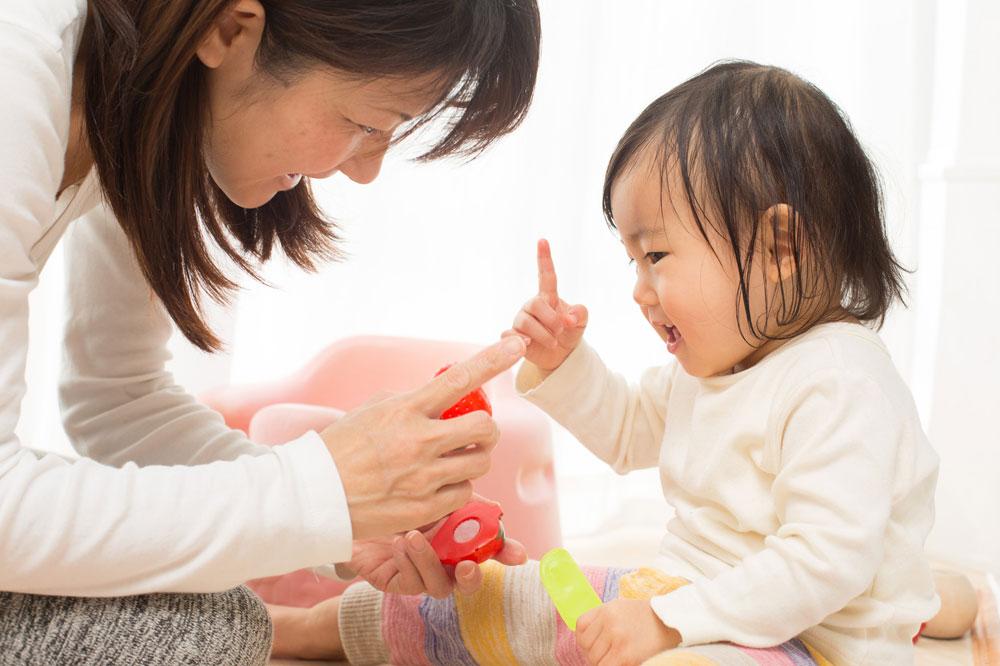 子どものカウンセリングをする臨床発達心理士の女性