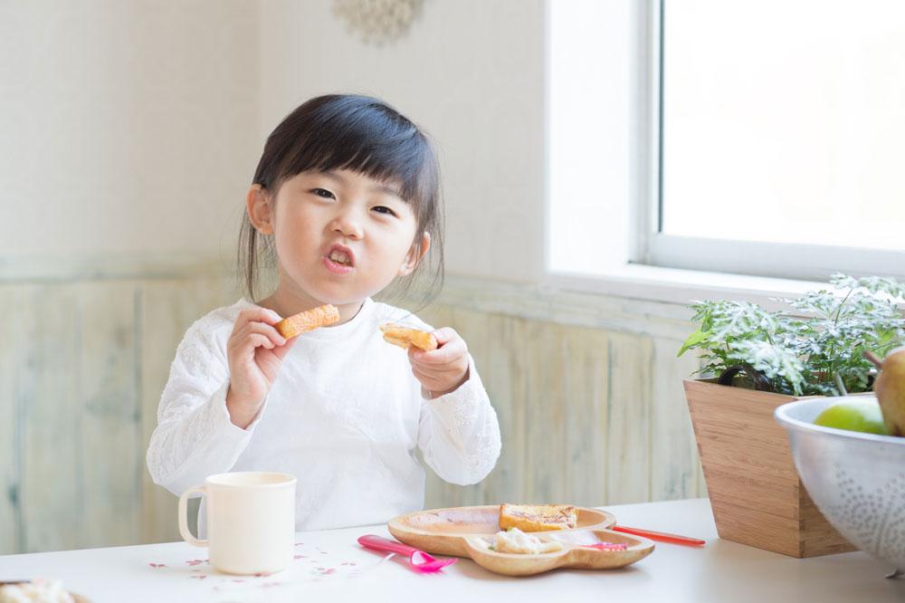 幼児食アドバイザーが作った食事を食べる女の子