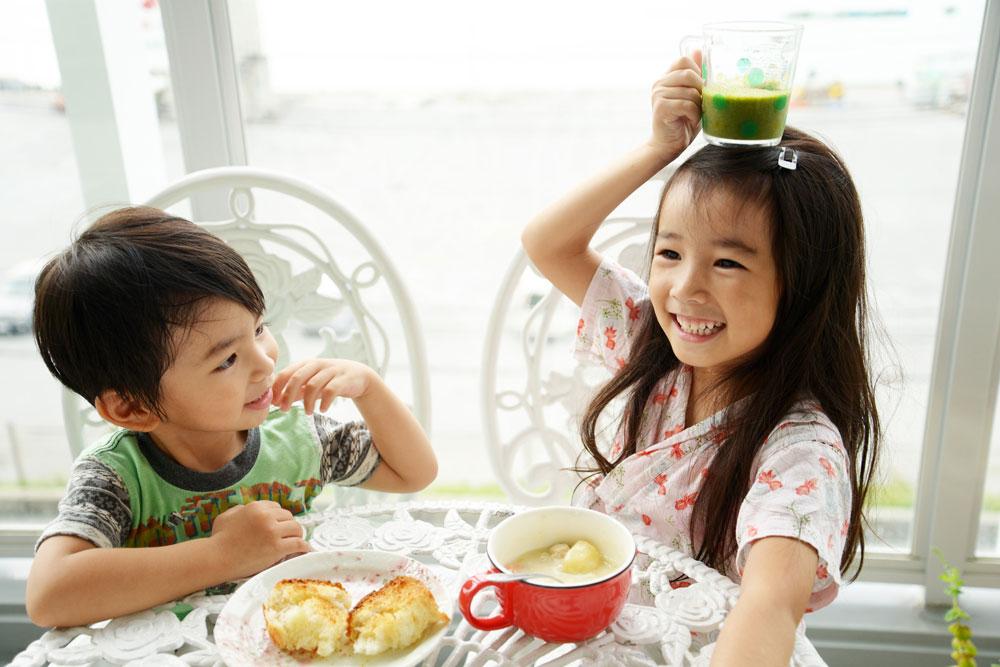 幼児食アドバイザーが作った食事をおいしそうに食べる子どもたち