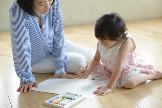 ゆっくりと子どもと時間を過ごす女性保育士