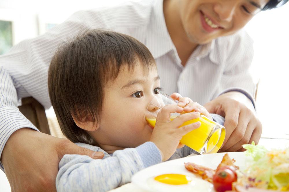 保育園で幼児食アドバイザーの提案したご飯を食べる男の子