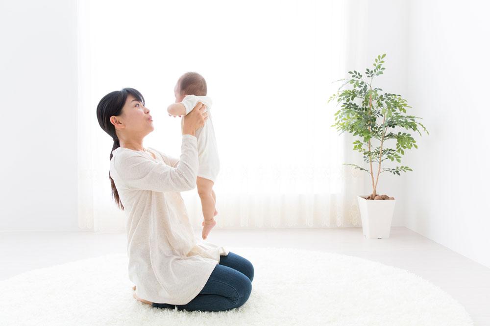 軽々と子どもをだっこする女性保育士