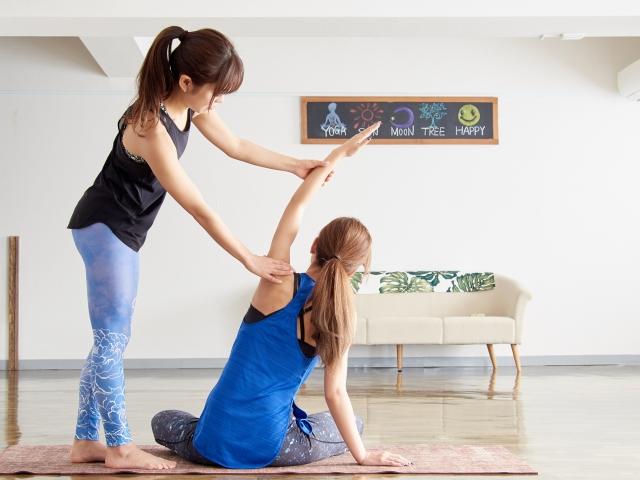ヨガで腰痛を改善している女性